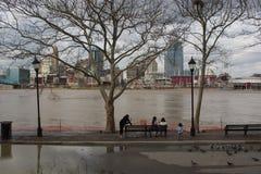 De Rivier van Ohio boven vloedstadium in Cincinnati en Covington, Kentucky royalty-vrije stock afbeeldingen