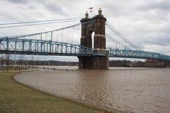 De Rivier van Ohio boven vloedstadium en John Roebling Suspension Bridge royalty-vrije stock foto