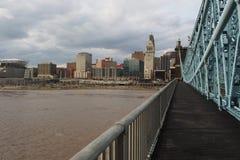 De Rivier van Ohio boven vloedstadium van John Roebling Suspension Bridge stock foto