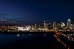 De Rivier van Ohio en Cincinnati, Ohio bij Zonsondergang stock fotografie