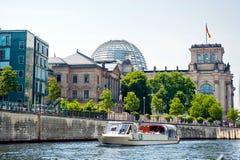 De Rivier van Reichstag en van de Fuif Stock Foto's