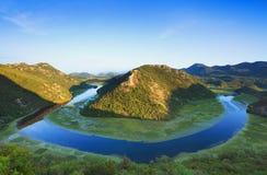 De rivier van Rijeka Crnojevica dichtbij Skadar-Meer Royalty-vrije Stock Fotografie