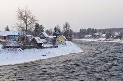 De rivier van Shuya en dorp Besovec Stock Foto
