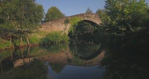 De Rivier van de steenbrug het Vlotte Reizen stock videobeelden