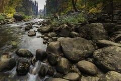 De Rivier van stromend Watermerced in Yosemite-Vallei stock foto