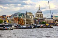 De rivier van Theems en de horizon van Londen Stock Fotografie