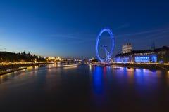 De Rivier van Theems en het Oog van Londen bij nacht Stock Fotografie