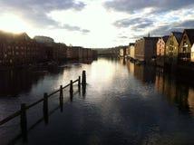 De rivier van Trondheim dockhouses Stock Afbeelding