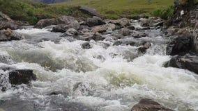De rivier van de watervalsteen in eiland van skye stock footage