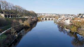 De rivier van Wenen in Limoges, Frankrijk stock footage