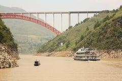 De rivier van Yangtze in een ochtendnevel stock foto