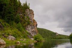 De rivier Vishera in de bergen Ural Stock Foto's