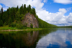 De rivier Vishera in de bergen Ural Stock Foto