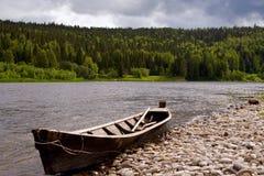 De rivier Vishera in de bergen Ural Stock Fotografie