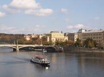 De rivier Vltava in Praag, grote mening van Nice met Charles Bridge royalty-vrije stock afbeeldingen