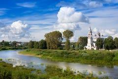 De rivier Vologda en de kerk van de Presentatie van Lord werden gebouwd in de jaar van 1731-1735 in Vologda, Rusland Stock Foto's