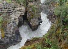 De rivier vormt een diepe en smalle kloof stock foto