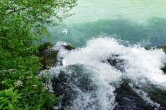 De rivier Vrelo stroomt in de rivier Drina via een waterval stock afbeeldingen
