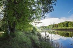 De rivier wijst op blauwe hemel, wolken en bomen Hemel en wolkenbezinning over rivier Royalty-vrije Stock Afbeelding