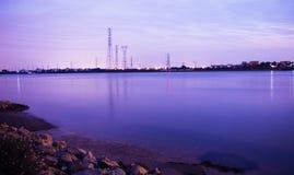 De rivier is zeer stil bij nacht stock afbeeldingen