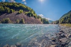 De rivier zonnige dag van de landschaps mooie stormachtige turkooise berg stock foto