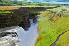 De rivierbanken groeiden met een groen noordelijk mos Royalty-vrije Stock Afbeeldingen