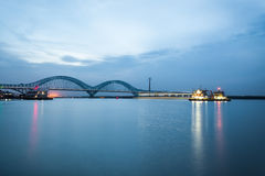 De rivierbrug van de Nanjingsspoorweg yangtze bij schemer royalty-vrije stock foto