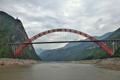 De de Rivierbrug van Wushan Yangtze in de Drie Kloven van Chongqing in China royalty-vrije stock foto