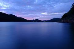 De rivierhemel van het bergenmeer en natuurlijke aantrekkelijkheden Stock Afbeeldingen