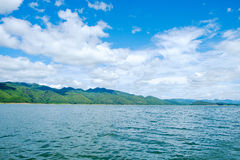 De rivierhemel van het bergenmeer en natuurlijke aantrekkelijkheden Royalty-vrije Stock Afbeeldingen