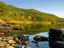 De rivierlandschap van de herfst Stock Afbeeldingen