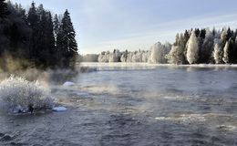 De rivierlandschap van de winter royalty-vrije stock afbeeldingen