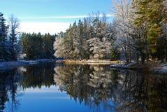 De rivierlandschap van de winter   Stock Afbeeldingen