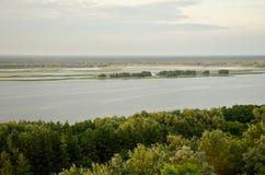 De rivierlandschap van de zonsondergang met een bos Royalty-vrije Stock Foto