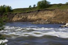 De rivierlooppas over de rotsen Stock Afbeeldingen
