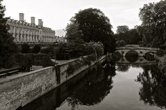 De Riviernok in Cambridge met bezinning zwart-wit Stock Afbeelding