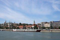 De rivieroever van Boedapest Donau met oude gebouwen Royalty-vrije Stock Afbeelding