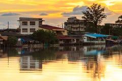 De rivieroever van de stad Stock Foto's