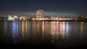 De rivieroever van de nachtstad stock afbeeldingen
