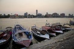 De rivieroever van Nijl met boten Kaïro Egypte Stock Afbeeldingen