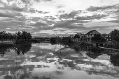 De rivieroeverhuizen dachten in de Thu Bon-rivier in Hoi An, Vietnam, Indochina, Azië na stock afbeeldingen