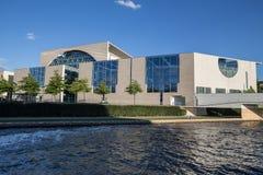 De rivieroevermening van Berlijn met bundeskanzleramt Royalty-vrije Stock Fotografie
