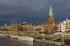 De rivieroevermening van Bremen, Duitsland met vastgelegde schepen en donkere regen betrekt op de achtergrond Stock Afbeeldingen