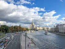 De rivierpanorama van Moskou van Park Zaryadye met een mening bij Kotelnicheskaya-de Dijkbouw stock afbeeldingen