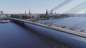 De Rivierstad van brug dronelapse Riga Letland Daugava, cityscape, brug, architectuur, hommel, motie, timelapse, lucht stock footage