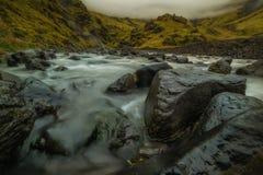 De rivierstromen door de bergen Stock Foto's