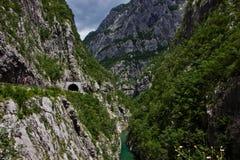 De rivierstromen onder bergen Stock Afbeeldingen