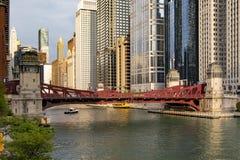 De Rivierstromen van Chicago door canion van wolkenkrabber stock foto