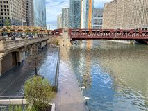 De Riviervloed van Chicago over riverwalk, mening van ruimte tussen Putten & LaSalle stock foto's