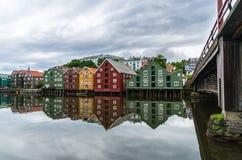 De riviervoorzijde van Trondheim onder bewolkte hemel Royalty-vrije Stock Foto's